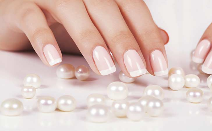 Edle French Nails schimmern in hellem Licht