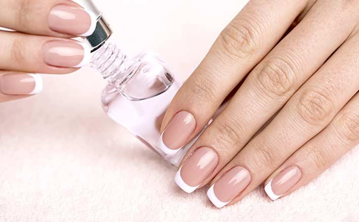Frische French Nails die mit Überlack lackiert wurden