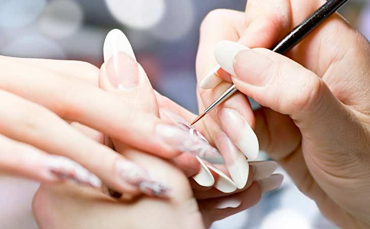Modernes Nageldesign das von einer professionellen Kosmetikerin durchgeführt wird