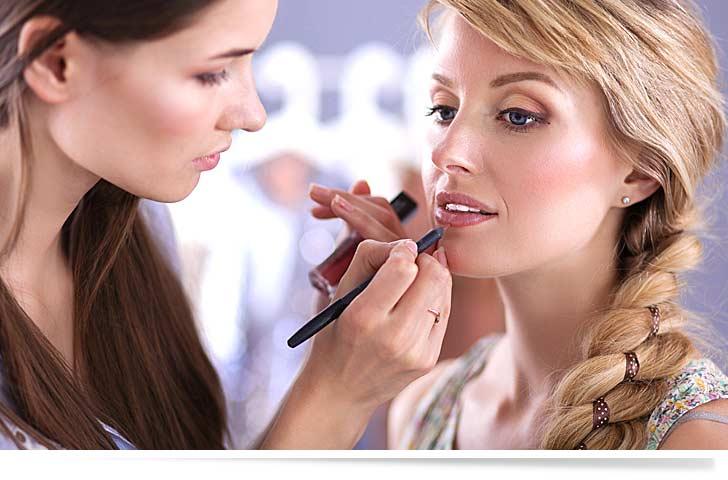 Eine Kosmetikerin macht schönes Make-Up im Kosmetikstudio