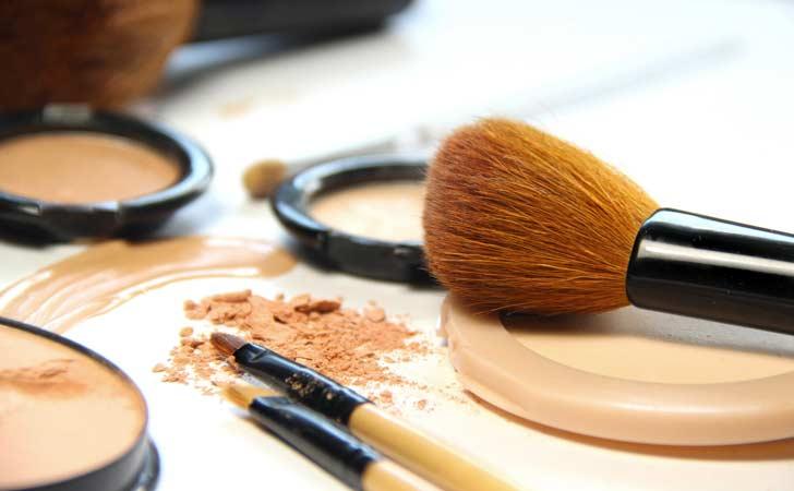 Eine Kosmetikerin hat ihr zuverlässiges Werkzeug auf dem Kosmetiktisch liegen