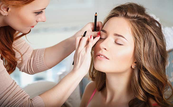 Eine Kosmetikerin praktiziert eine wichtige Gesichtsbehandlung