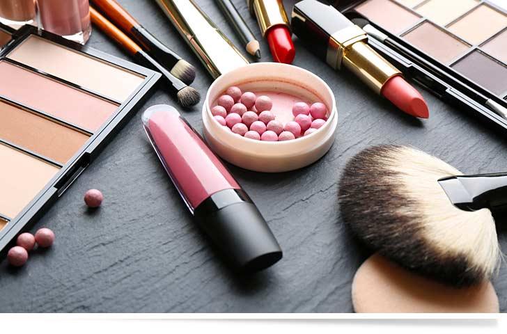 Sauberes Kosmetikstudio mit verschiedenen Werkzeugen auf einem Tisch