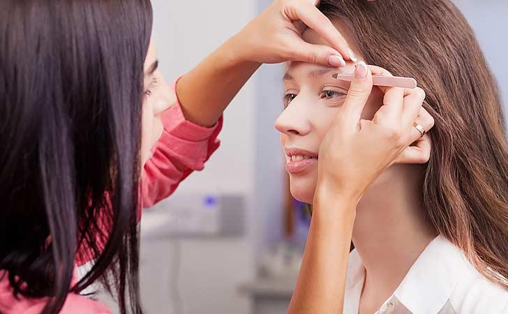 Helles Kosmetikstudio und eine freundliche Kosmetikerin bei der Arbeit