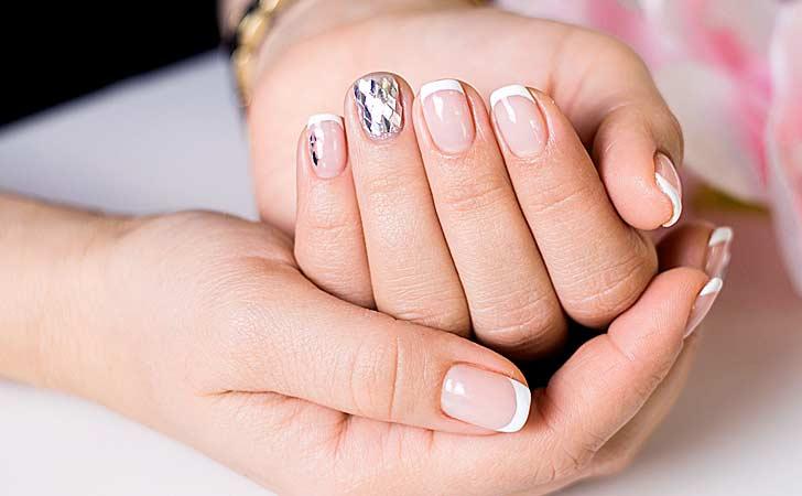 Kosmetikstudio und eine gepflegte Hand mit schönem Nageldesign und Nailart