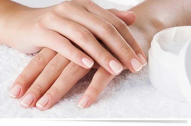 Frische Maniküre und saubere Fingernägel auf einem weißen Handtuch