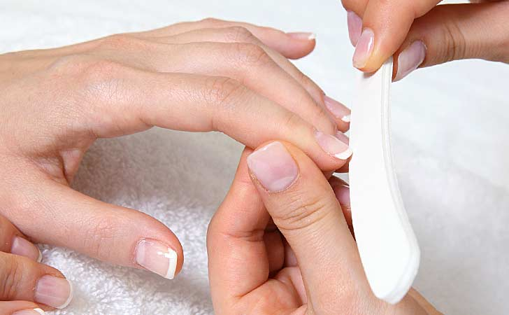 Professionelle Maniküre mit glänzenden Fingernägel auf einem hellen Tisch