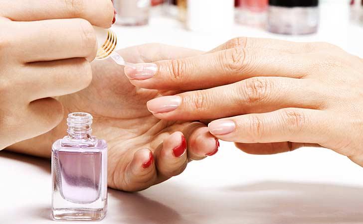 Schönes Nageldesign und künstliche Fingernägel die lackiert werden