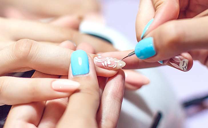 Feines Nailart wird von einer erfahrenen Kosmetikerin praktiziert