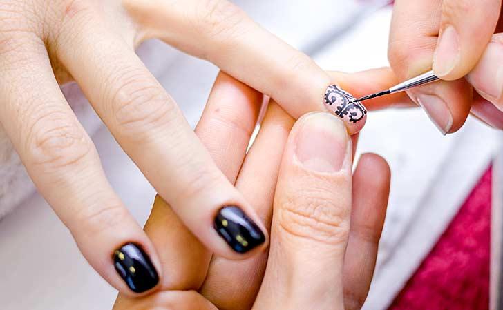 Professionelles Nailart mit funkelnden Steinchen auf schönen Fingernägel
