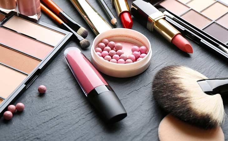 Kosmetisches Zubehör liegt in einem Kosmetikstudio auf einem schwarzen Tisch
